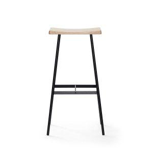 hc2 barstol i pulverlakerede stålstel og sæde i hvidpigmenteret matlakeret eg fra andersen furniture