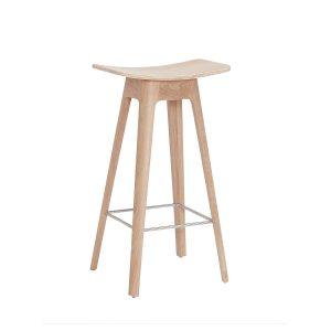 HC1 barstol i højde 67 cm med sæde i egefinér og understel i hvidpigmenteret matlakeret eg fra andersen furniture