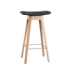HC1 barstol i højde 67 cm med sæde i sort læder og understel i hvidpigmenteret matlakeret eg fra andersen furniture