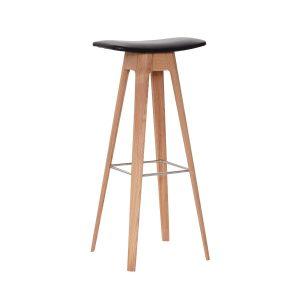 HC1 barstol i højde 80 cm med sæde i sort læder og understel i hvidpigmenteret matlakeret eg fra andersen furniture