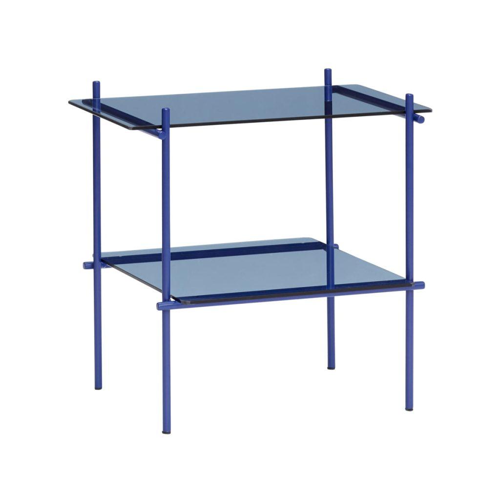 blåt hjørnebord med hylde i metal og glas fra hübsch