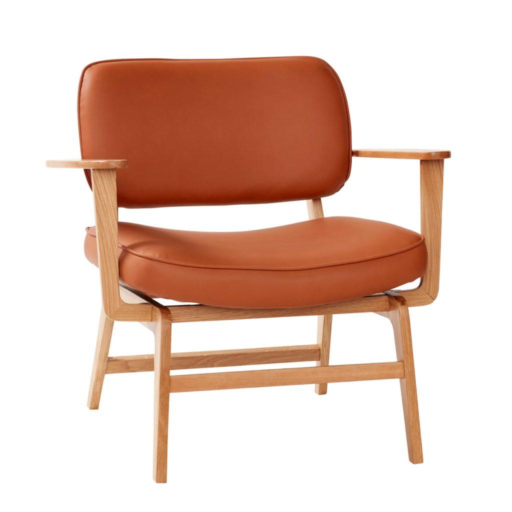 loungestol i egetræ og sæde og ryg i brun læder fra hübsch