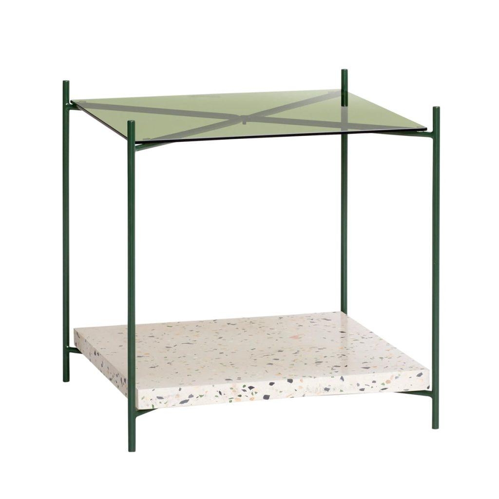 hjørnebord med hylde i terrazzo, glas og metal fra hübsch