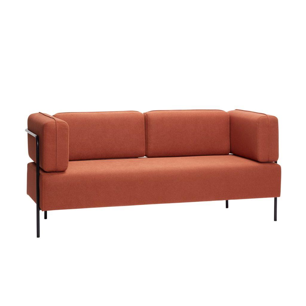 2 personers sofa med sorte metalben og hynder i brun fra