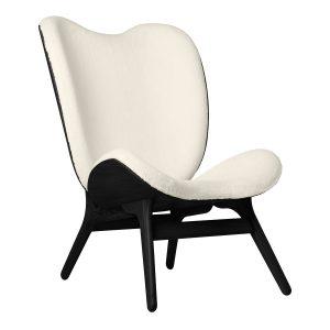 a conversation piece lænestol med høj ryg i sort eg og sæde i råhvid teddy bear stof fra umage