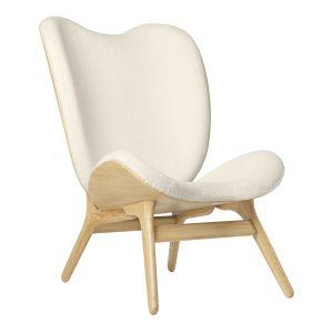 a conversation piece lænestol med høj ryg i eg og sæde i råhvid teddy bear stof fra umage