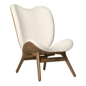 a conversation piece lænestol med høj ryg i mørk eg og sæde i råhvid teddy bear stof fra umage