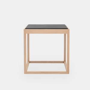 kø cube bord i sæbebehandlet eg med bordplade i sort marmor af kurt østervig fra klassik studio