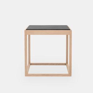 kø cube bord i natur med bordplade i grå marmor af kurt østervig fra klassik studio