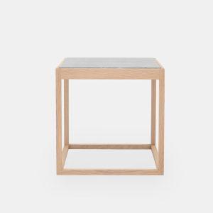 kø cube bord i natur med bordplade i lysegrå marmor af kurt østervig fra klassik studio