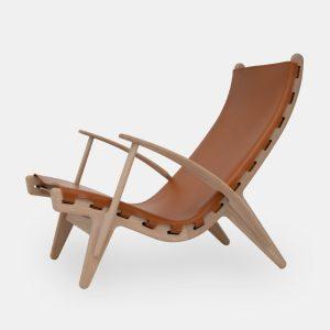kongestolen af poul m. volther med stel i sæbebehandlet eg og sæde i cognacfarvet fra klassik studio