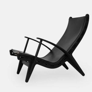 kongestolen af poul m. volther med stel i sortbejdset eg og sæde i sort læder fra klassik studio