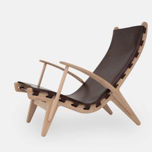 kongestolen af poul m. volther med stel i olieret eg og sæde i mørkebrun fra klassik studio