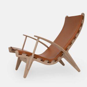 kongestolen af poul m. volther med stel i olieret eg og sæde i cognacfarvet fra klassik studio