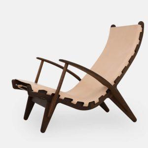 kongestolen af poul m. volther med stel i røget eg og sæde i naturlæder fra klassik studio