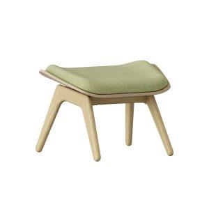the reader ottoman fodskammel med ben i lys eg og hynde i farven spring green fra umage